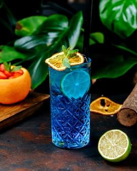 Blauer cocktail mit zitronenscheibe