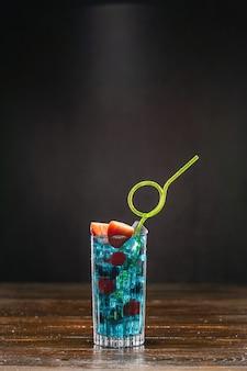 Blauer cocktail und eis in einem glas