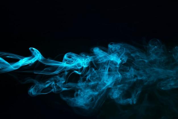 Blauer dampfrauch auf schwarzem hintergrund