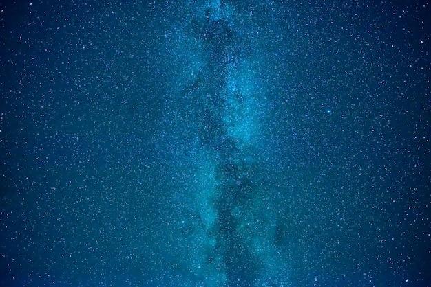 Blauer dunkler nachthimmel mit vielen sternen. milchstraße auf dem weltraumhintergrund