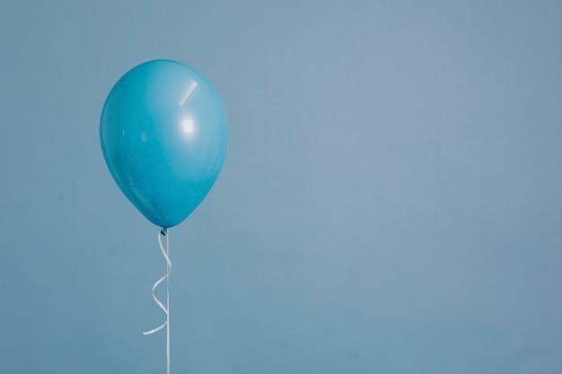 Blauer einzelballon mit schnur