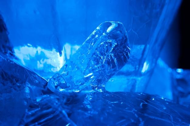 Blauer eiskristall. abstrakte textur für winterhintergrund
