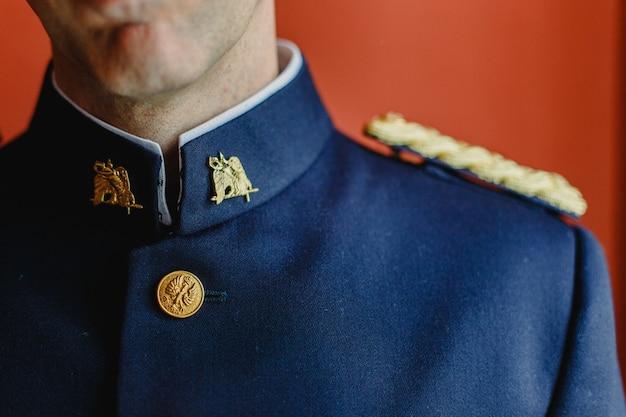 Blauer eleganter militäranzug für eine hochzeit