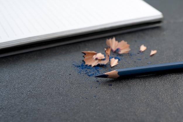 Blauer farbbleistift auf schwarzer tabelle
