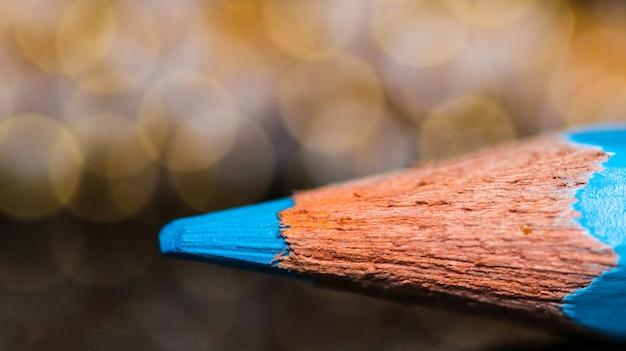 Blauer farbbleistift mit bokeh-hintergrund