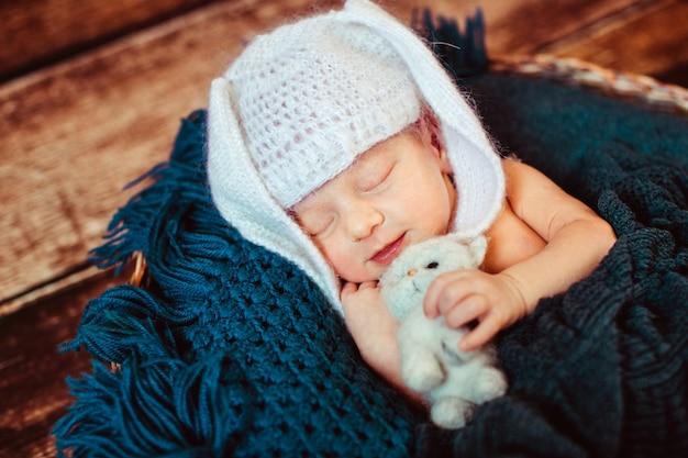 Blauer farbtönen hintergrund kleiner säugling