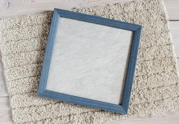 Blauer fotorahmen auf einem flauschigen weißen teppich.