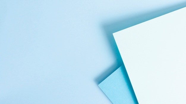 Blauer getonter satz papierblätter mit kopienraum