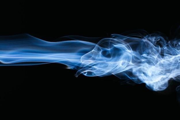 Blauer gewellter rauch auf schwarzem hintergrund