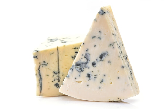 Blauer gorgonzola-käse isoliert auf weißem hintergrund