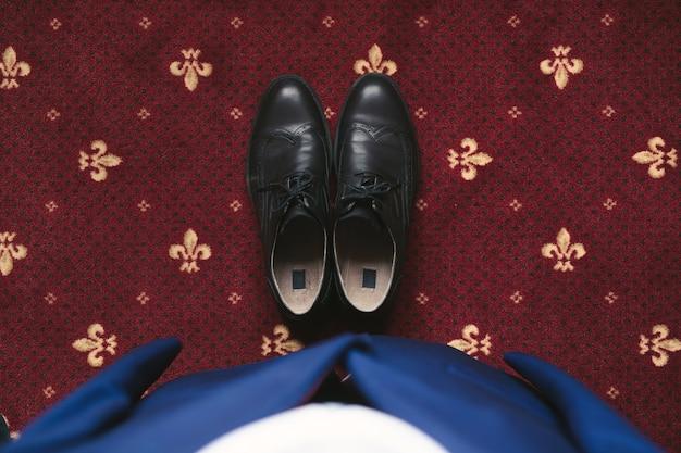 Blauer herrenanzug und schwarze bräutigamschuhe