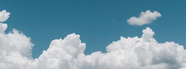 Blauer himmel bewölkt naturhintergrund, realistischer blauer himmelwolken breiter panoramahintergrund