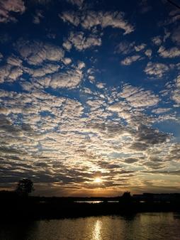 Blauer himmel bewölkt und sonnenaufgang