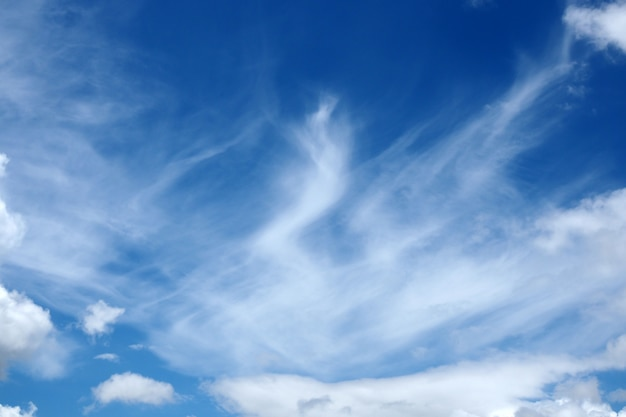 Blauer himmel der bewegung mit natürlichem hintergrund der wolke