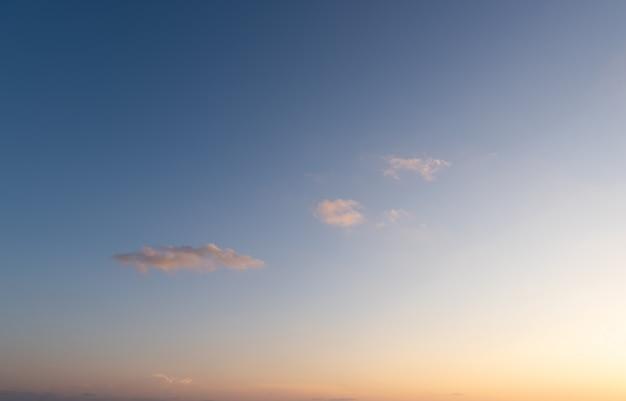 Blauer himmel der drastischen orange wolken des sonnenuntergangs
