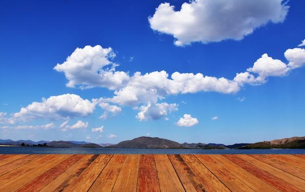 Blauer himmel der hölzernen hintergrundmontage