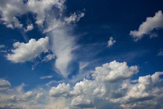 Blauer himmel des hurrikans mit weißen wolken.