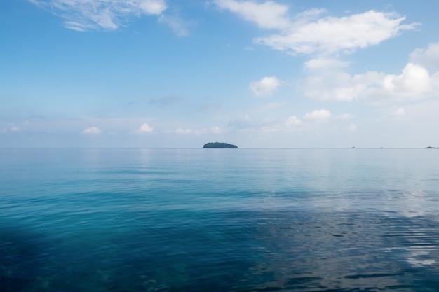 Blauer himmel des seeindigos mit wasser reflektieren sich und insel