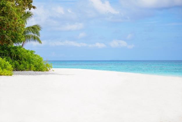 Blauer himmel des seestrandes und weißer sand in koh tachai-insel