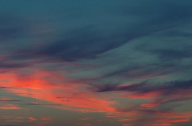 Blauer himmel des sonnenuntergangs und wolkenhintergründe