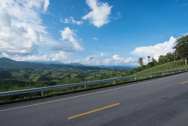 Blauer himmel des straßengebirges