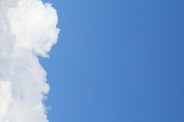 Blauer himmel hat weiße wolken als hintergrund oder als dia für präsentationen