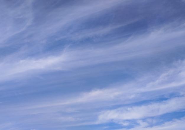 Blauer himmel mit abgestreiften wolken lange transparente wolkengebilde sonniger sommertag hintergrund