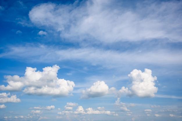 Blauer himmel mit cumulus humilis wolken. wettervorhersage