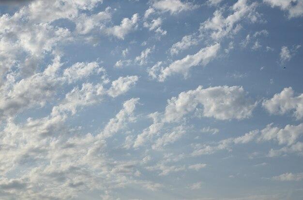 Blauer himmel mit flauschigen wolken