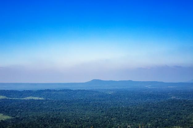 Blauer himmel mit gebirgshintergrund in thailand