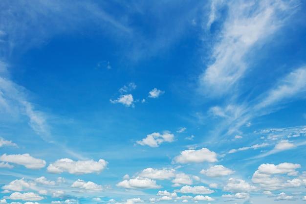 Blauer himmel mit kleinen wolken