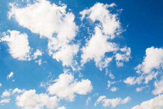 Blauer himmel mit kumuluswolken