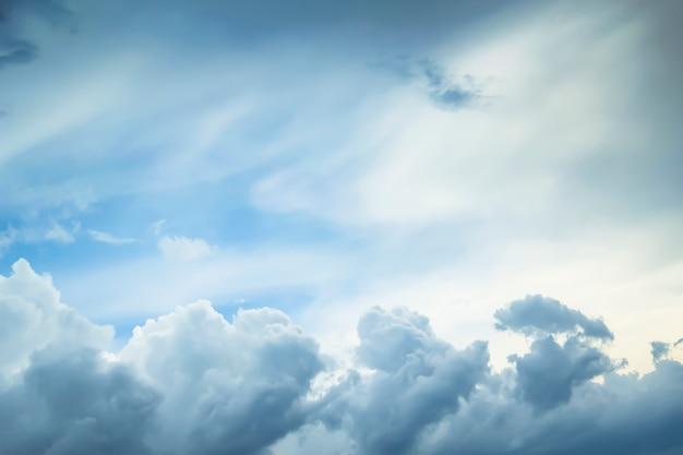 Blauer himmel mit natürlichem hintergrund der volumenwolken
