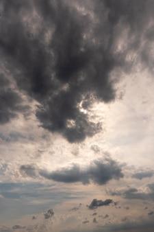 Blauer himmel mit regnerischen wolken