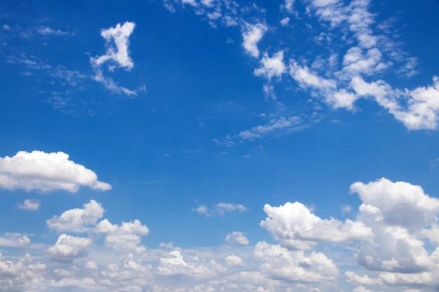 Blauer himmel mit schönem hintergrund der wolken