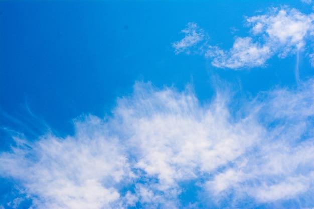 Blauer himmel mit schönen wolken am tag macht das wetter angenehm zum leben in thailand.