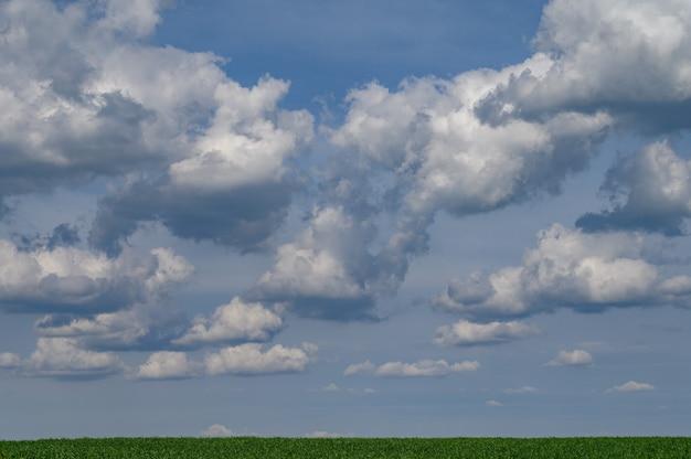 Blauer himmel mit schönen wolken