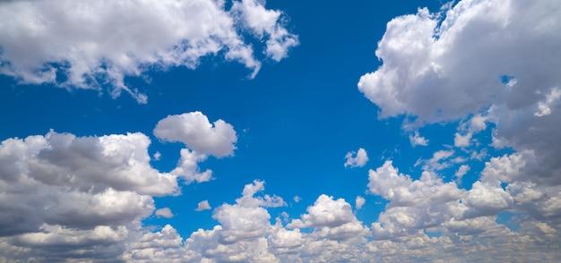 Blauer himmel mit sommerwolken