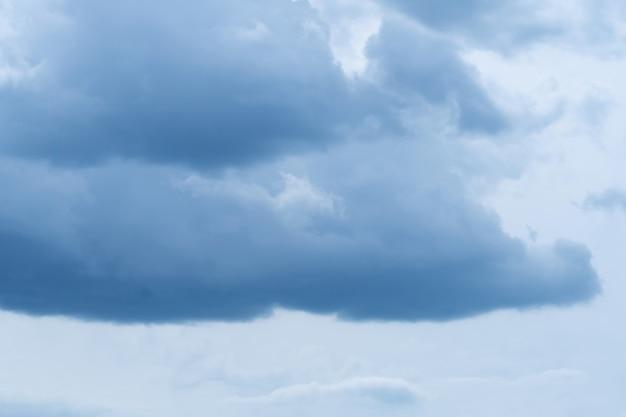 Blauer himmel mit weichen dunkelblauen cumuluswolken