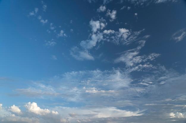 Blauer himmel mit weißem wolkenhintergrund