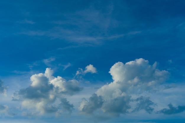 Blauer himmel mit weißen flauschigen wolken