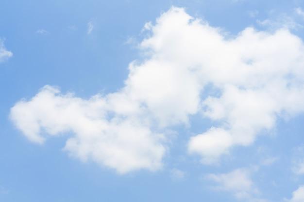 Blauer himmel mit weißen weichen wolken