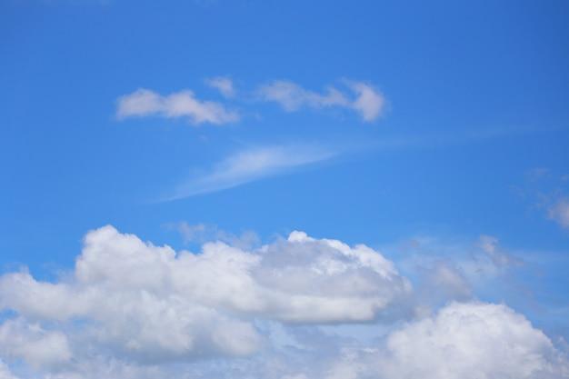 Blauer himmel mit weißen wolken im tageshintergrund für design in ihrem arbeitsideenkonzept.