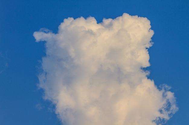 Blauer himmel mit weißen wolken. kann als hintergrund verwendet werden