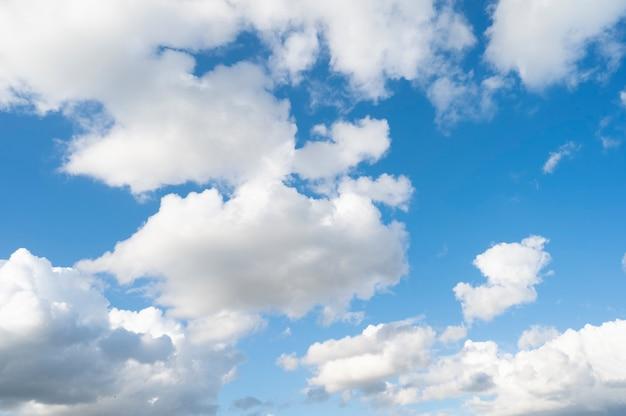 Blauer himmel mit weißen wolken, schöner sommerhimmel