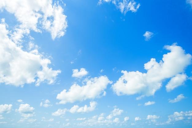 Blauer himmel mit weißen wolken.