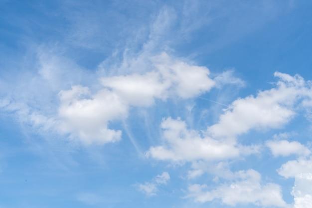 Blauer himmel mit weißer wolke.