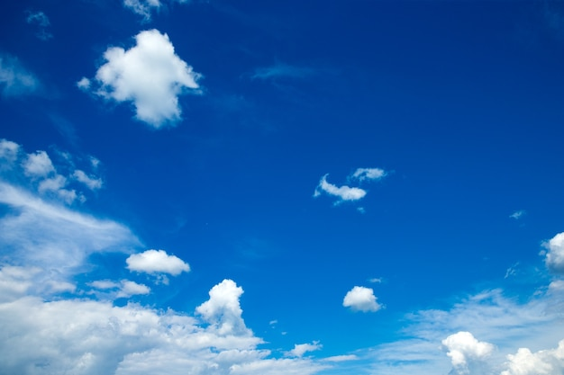 Blauer himmel mit winzigen wolken