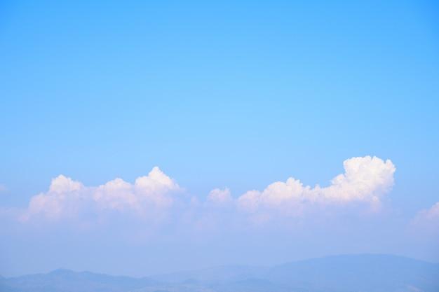 Blauer himmel mit wolke am sonnigen tag