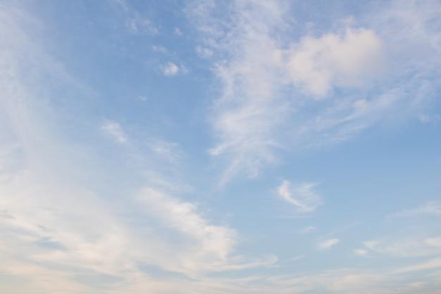 Blauer himmel mit wolke. clearing day und gutes wetter am abend